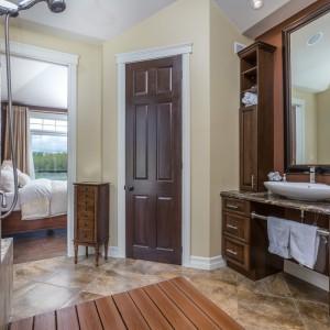33 Hammond: Bathroom